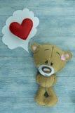情人节明信片 玩具熊和红色重点 图库摄影