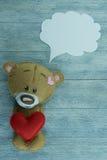 情人节明信片 玩具熊和红色重点 免版税库存照片