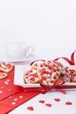 情人节曲奇饼和一个杯子在白色背景 免版税图库摄影