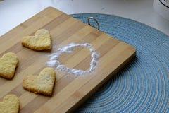 情人节曲奇饼用搽粉的糖 免版税库存图片