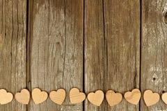 情人节木心脏在土气木头基于边界 库存照片