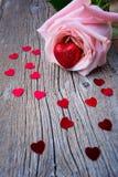 情人节标志桃红色玫瑰和心脏 库存图片