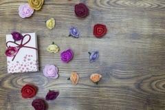 情人节概念的背景 有小组的礼物盒在木桌的玫瑰 与拷贝空间的顶视图 图库摄影
