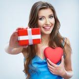 情人节概念,妇女举行红色心脏,礼物盒 免版税库存照片