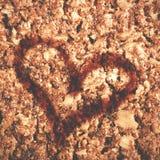 情人节概念 心脏凹道形状在健康格兰诺拉麦片棒的 免版税库存图片