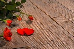 情人节横幅,英国兰开斯特家族族徽ands心脏木背景 免版税库存图片