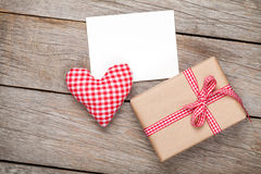 情人节玩具心脏、空白的贺卡和礼物盒 库存照片