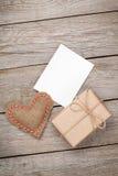 情人节玩具心脏、空白的贺卡和礼物盒 图库摄影
