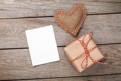 情人节玩具心脏、空白的贺卡和礼物盒 免版税库存照片