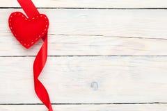 情人节玩具心脏和丝带 免版税图库摄影