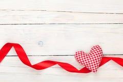 情人节玩具心脏和丝带 免版税库存照片