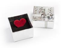 情人节玩具心脏和礼物盒在白色背景 免版税库存图片