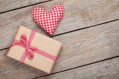 情人节玩具心脏和礼物盒 免版税库存图片