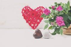 情人节用巧克力、装饰心脏和桃红色玫瑰 库存照片