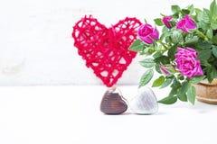 情人节用巧克力、装饰心脏和桃红色玫瑰 免版税库存图片