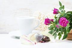 情人节用巧克力和桃红色玫瑰 免版税库存图片