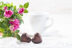 情人节用巧克力和桃红色玫瑰 免版税库存照片
