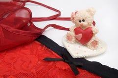 情人节红色女用贴身内衣裤和玩具熊心脏 库存照片