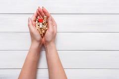 情人节背景、晒衣夹和心脏在女性手上 免版税库存照片