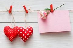 情人节背景、枕头心脏和卡片在木头 库存照片