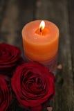 情人节背景与蜡烛的红色玫瑰 免版税库存照片