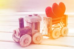 情人节背景标志 两在玩具火车的心脏 爱的概念 免版税库存照片