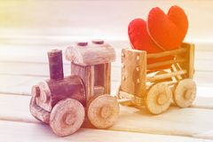 情人节背景标志 两在玩具火车的心脏 爱的概念 免版税库存图片
