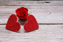情人节背景,在木头的手工制造心脏与上升了 库存照片
