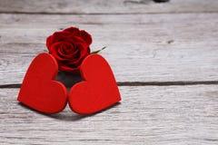 情人节背景,在木头的手工制造心脏与上升了 免版税图库摄影
