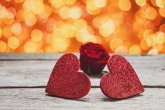 情人节背景,在木头的手工制造心脏与假日点燃 免版税库存图片