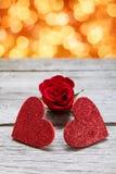 情人节背景,在木头的手工制造心脏与假日点燃 库存图片