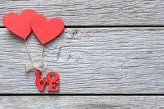 情人节背景,在木头的手工制造心脏与拷贝空间 图库摄影