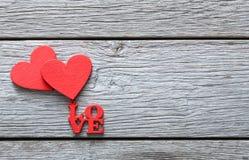 情人节背景,在木头的手工制造心脏与拷贝空间 免版税库存照片