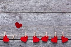 情人节背景,在木头,拷贝空间的纸心脏边界 库存图片