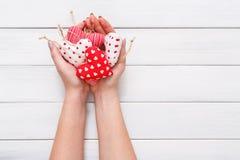 情人节背景,枕头心脏在女性手上 免版税库存图片