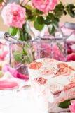 情人节背景,桃红色玫瑰,礼物盒,葡萄酒明信片 免版税库存照片
