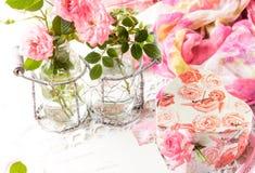 情人节背景,桃红色玫瑰,礼物盒,葡萄酒明信片 免版税库存图片