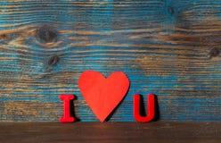 情人节背景,磁铁在i上写字和u和红色心脏 免版税库存照片