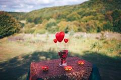 情人节装饰 男孩庭院女孩亲吻的爱情小说 装饰的桌,心脏, romant 库存照片
