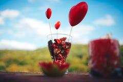 情人节装饰 男孩庭院女孩亲吻的爱情小说 装饰的桌,心脏, romant 免版税库存照片