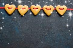 情人节贺卡用以心脏的形式姜饼曲奇饼 免版税图库摄影