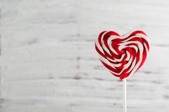 情人节,在一根棍子的棒棒糖以心脏,文本的空间的形式 库存图片