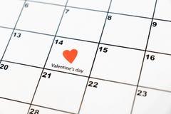 情人节,在日历的2月14日与红心 免版税库存照片