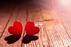 情人节,在木地板上的红心 免版税库存照片