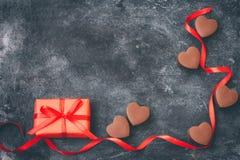 情人节,巧克力心脏,红色丝带,在黑色的礼物盒 库存照片