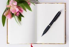 情人节,母亲节构成 爱日志和新鲜的春天花 免版税图库摄影