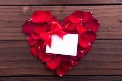 情人节:白色空的纸牌、丝带和红色爱塑造了玫瑰花瓣 免版税库存照片
