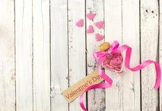 情人节-在瓶的很多心脏在白色木头 免版税库存图片