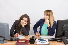 情况在办公室-一个女孩非常生气,其他是相当调直在您的桌面上的事 免版税库存图片
