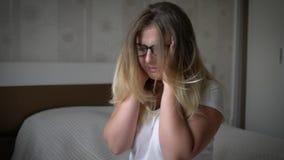 情志过极,拿着头的疲乏的少妇遭受horroble疼痛 股票录像